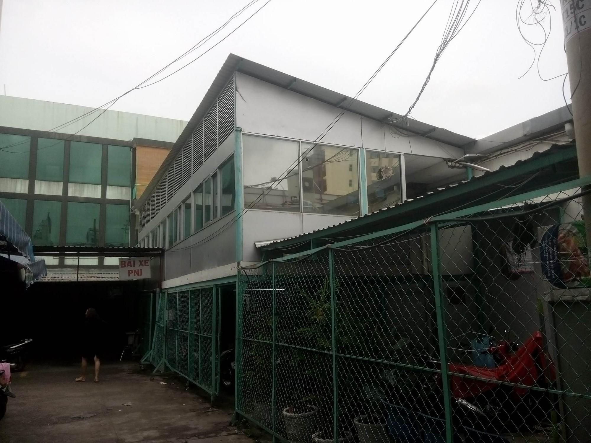 Sự thật vụ nam thanh niên leo mái nhà ăn trộm, đục phải đường điện tử vong ở Sài Gòn - Ảnh 4.