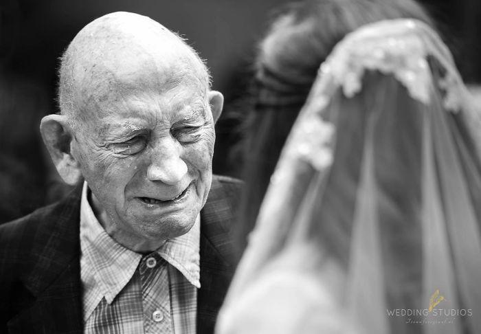 Những hình ảnh xúc động chứng minh rằng, người đàn ông hạnh phúc nhất trong ngày cưới chính là bố của cô dâu 1