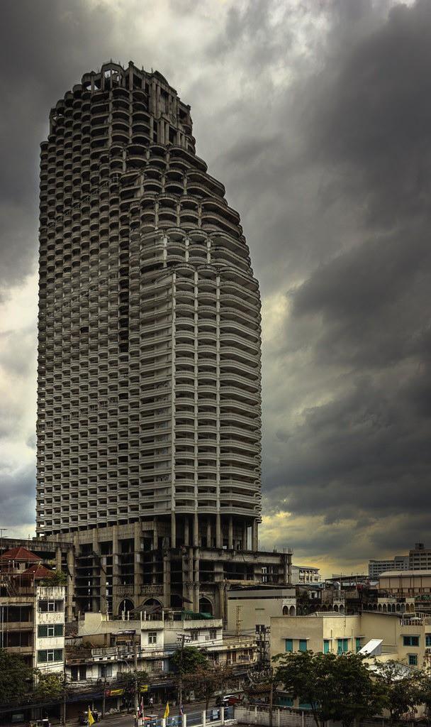 Sathorn Unique: Tòa nhà hoang kỳ bí đứng giữa Bangkok suốt 20 năm, một thời từng là niềm tự hào của cả đất nước - Ảnh 1.