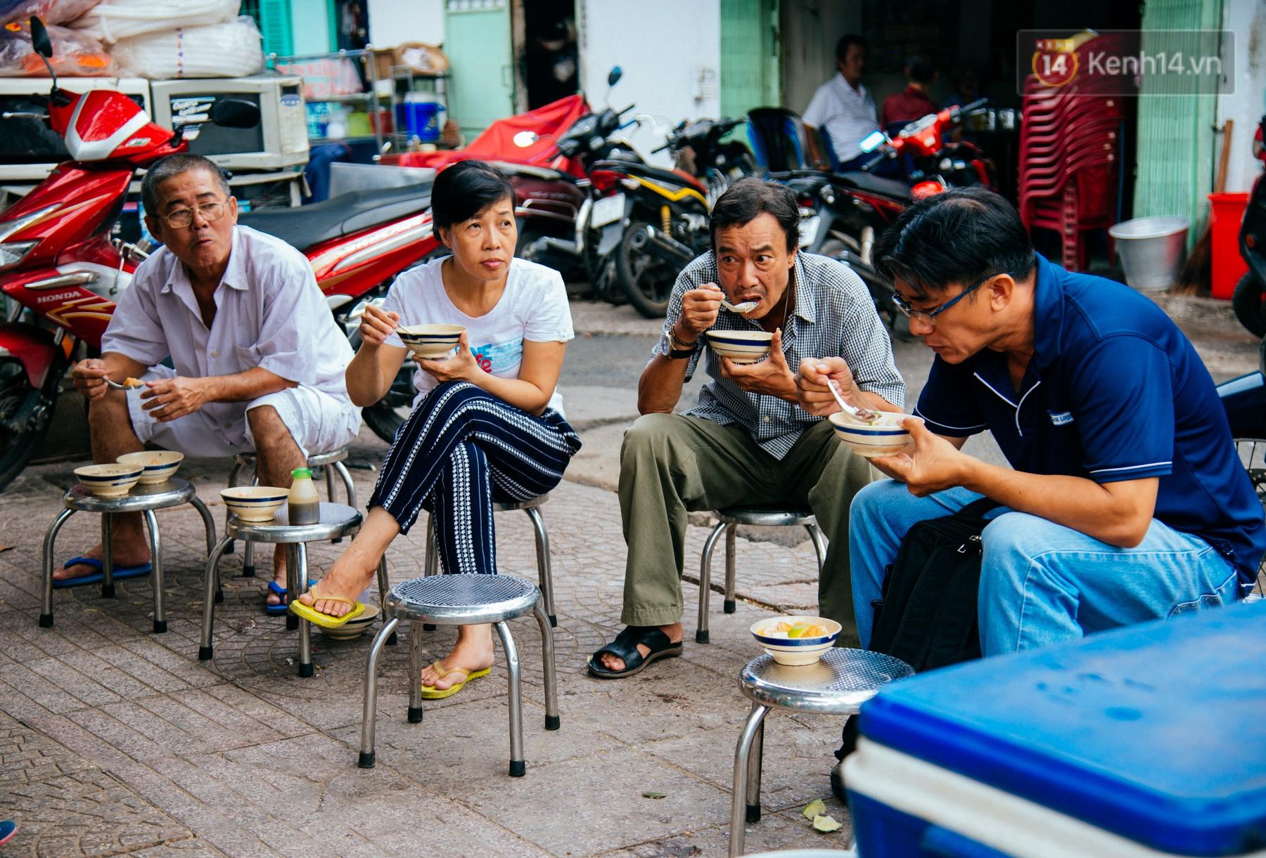 Quán cháo hào sảng giá 5.000 đồng/ tô của cô Tư Sài Gòn: Nhà Tư không nợ nần gì, bán vầy là sống thoải mái rồi! - Ảnh 8.