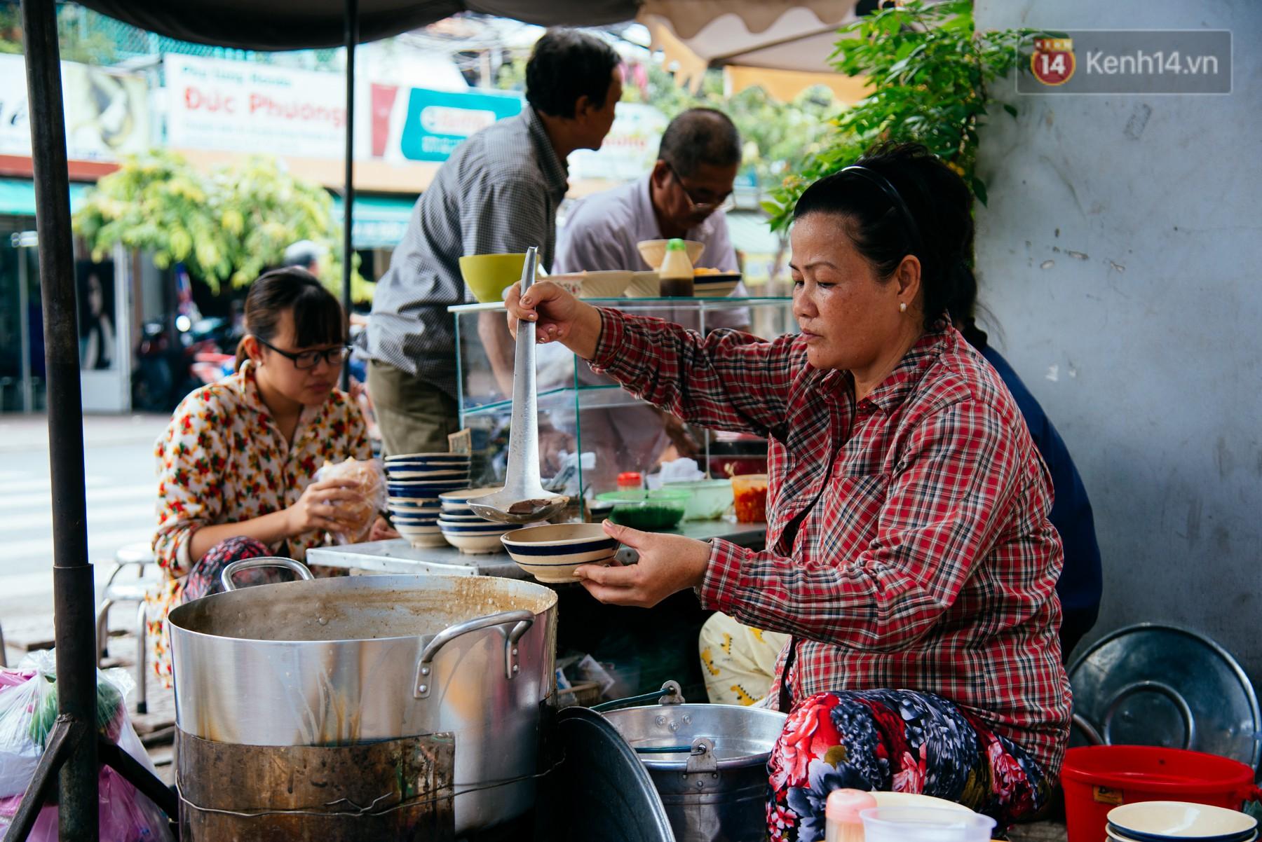 Quán cháo hào sảng giá 5.000 đồng/ tô của cô Tư Sài Gòn: Nhà Tư không nợ nần gì, bán vầy là sống thoải mái rồi! - Ảnh 3.