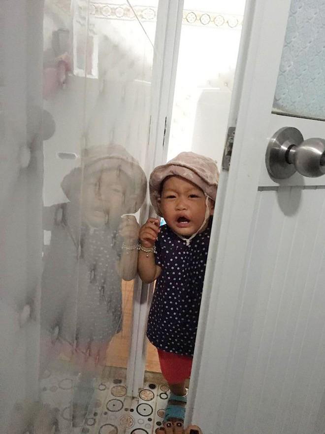 Bức ảnh con gái mè nheo đòi chui vào nhà vệ sinh cùng mẹ tưởng hài hước, nhưng câu chuyện phía sau khiến nhiều người rơi lệ - Ảnh 2.