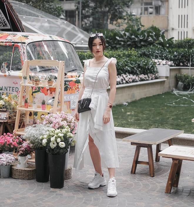 Học cách diện đồ giúp làm dịu cái nắng hè qua street style của các quý cô Châu Á - Ảnh 1.
