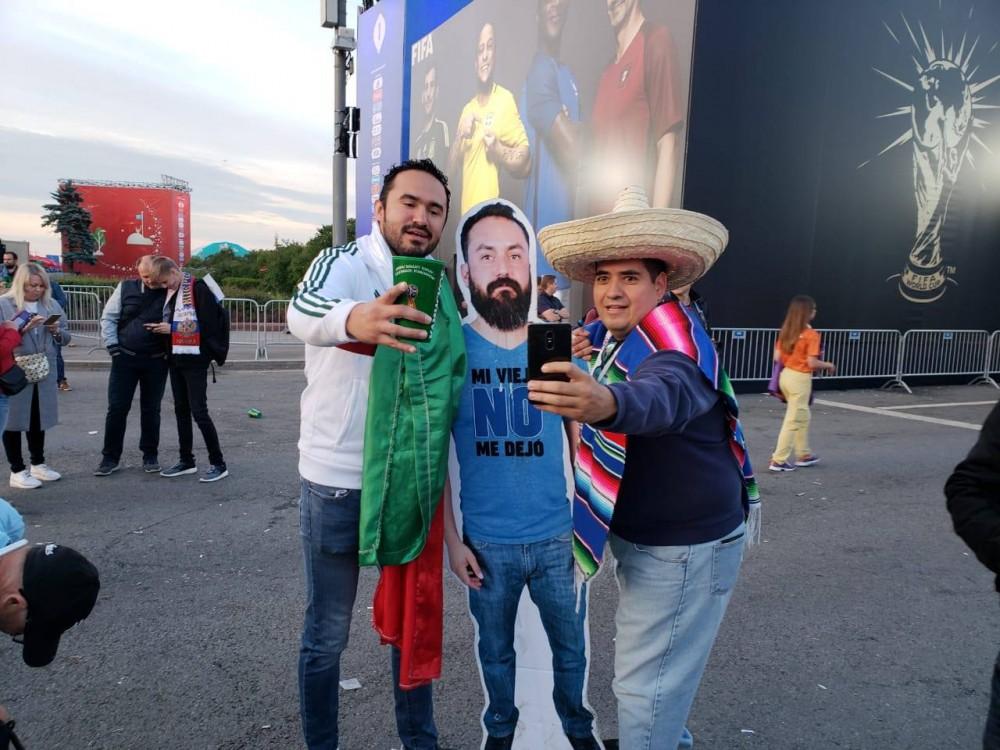 Vợ không cho sang Nga xem World Cup, nhóm bạn thân đành in hình anh chồng ra miếng bìa rồi mang đi cho đủ team - Ảnh 3.