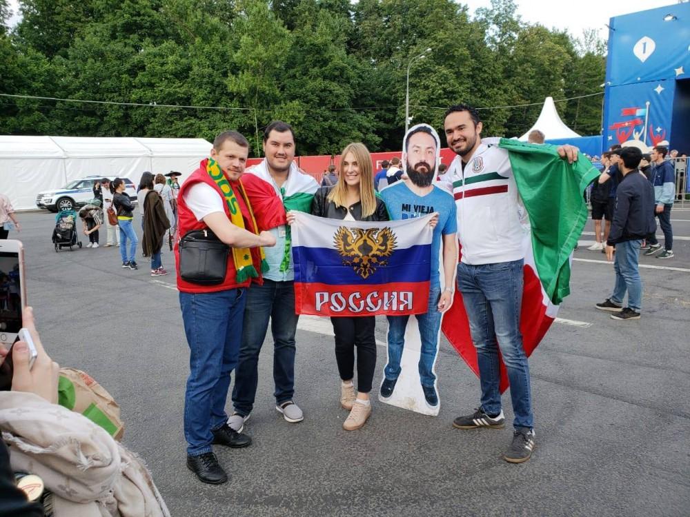 Vợ không cho sang Nga xem World Cup, nhóm bạn thân đành in hình anh chồng ra miếng bìa rồi mang đi cho đủ team - Ảnh 4.