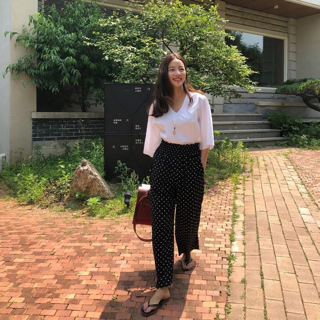 Học cách diện đồ giúp làm dịu cái nắng hè qua street style của các quý cô Châu Á - Ảnh 6.