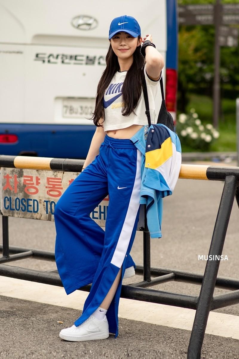 Chẳng cần hành xác, giới trẻ Hàn mặc toàn đồ thoải mái, mát mẻ mà vẫn đẹp phát thèm - Ảnh 1.