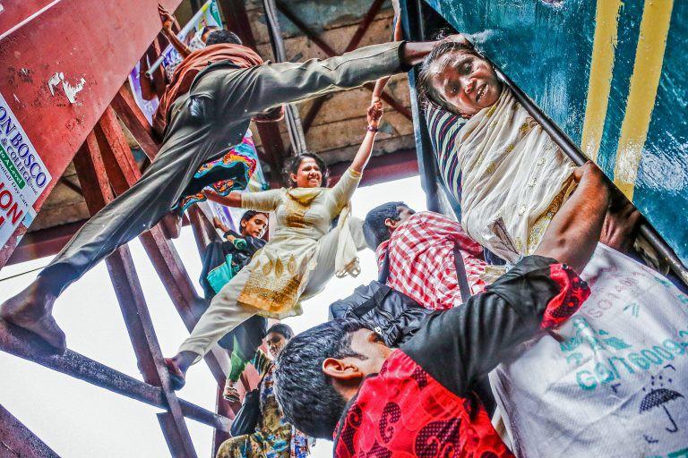 Hàng ngàn người Bangladesh chen chúc nhau ngồi lên nóc tàu để trở về nhà trong dịp nghỉ lễ - Ảnh 3.