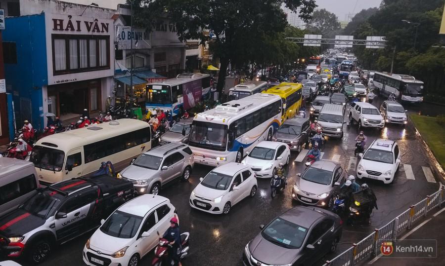 Cửa ngõ sân bay Tân Sơn Nhất lại bị ngập nước và kẹt xe không lối thoát sau mưa lớn - Ảnh 14.