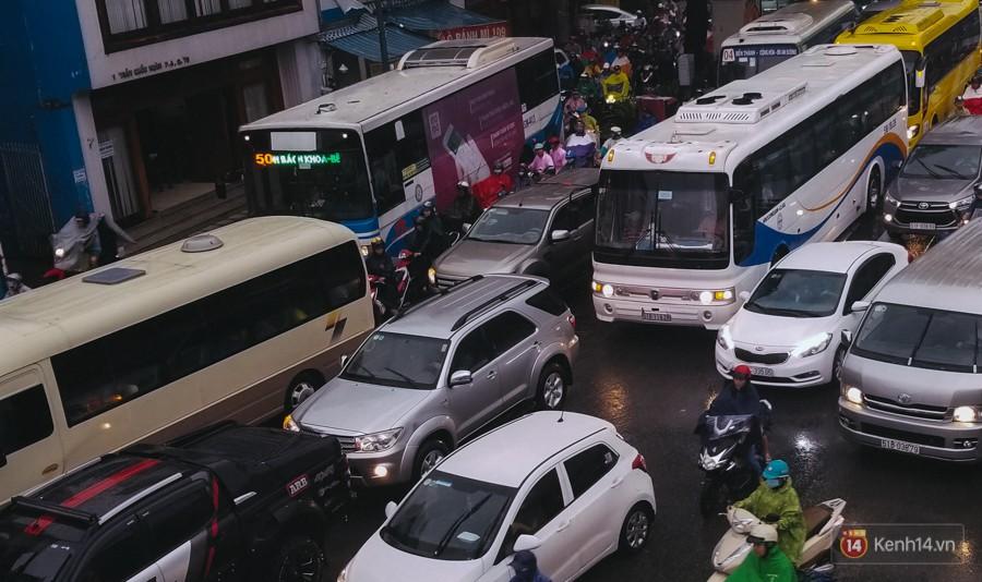 Cửa ngõ sân bay Tân Sơn Nhất lại bị ngập nước và kẹt xe không lối thoát sau mưa lớn - Ảnh 13.