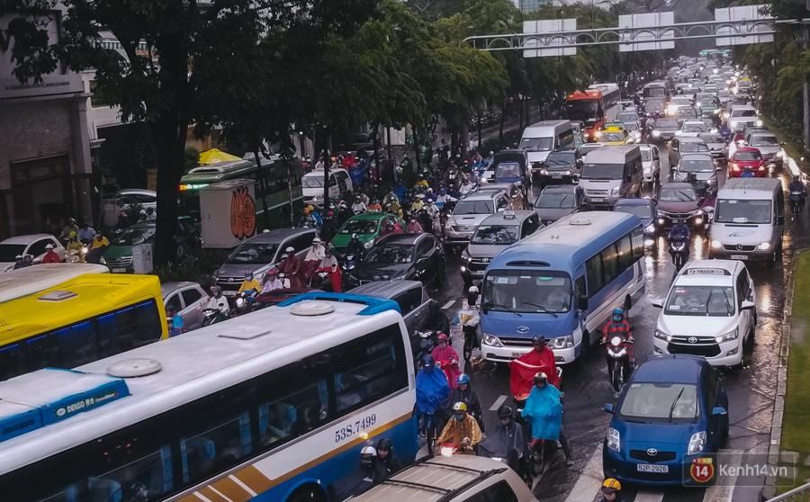 Cửa ngõ sân bay Tân Sơn Nhất lại bị ngập nước và kẹt xe không lối thoát sau mưa lớn - Ảnh 12.