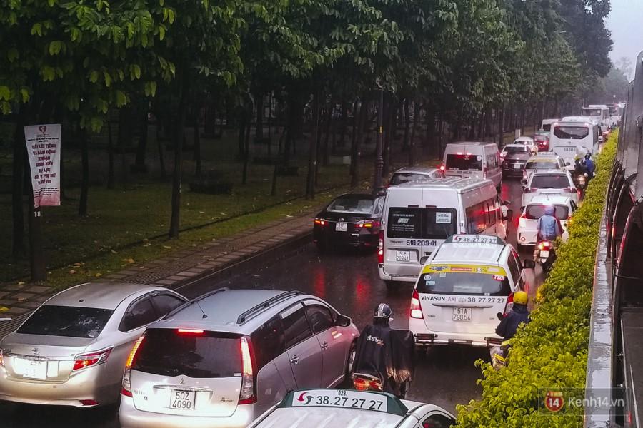 Cửa ngõ sân bay Tân Sơn Nhất lại bị ngập nước và kẹt xe không lối thoát sau mưa lớn - Ảnh 11.
