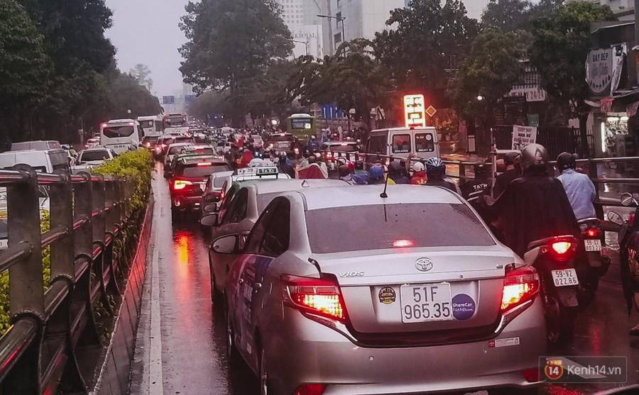 Cửa ngõ sân bay Tân Sơn Nhất lại bị ngập nước và kẹt xe không lối thoát sau mưa lớn - Ảnh 10.