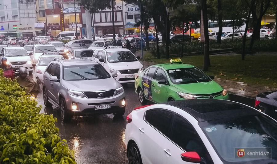 Cửa ngõ sân bay Tân Sơn Nhất lại bị ngập nước và kẹt xe không lối thoát sau mưa lớn - Ảnh 9.