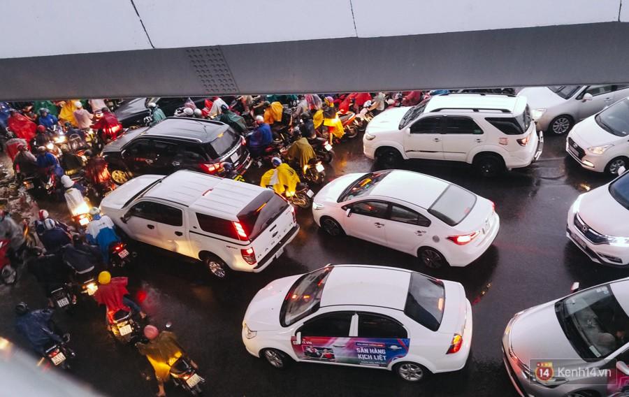Cửa ngõ sân bay Tân Sơn Nhất lại bị ngập nước và kẹt xe không lối thoát sau mưa lớn - Ảnh 18.