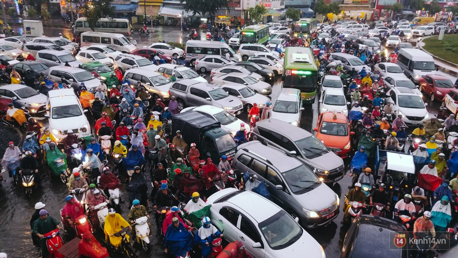 Cửa ngõ sân bay Tân Sơn Nhất lại bị ngập nước và kẹt xe không lối thoát sau mưa lớn - Ảnh 19.
