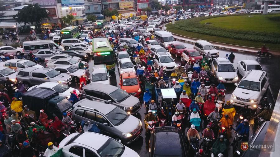 Cửa ngõ sân bay Tân Sơn Nhất lại bị ngập nước và kẹt xe không lối thoát sau mưa lớn - Ảnh 15.