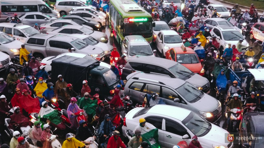 Cửa ngõ sân bay Tân Sơn Nhất lại bị ngập nước và kẹt xe không lối thoát sau mưa lớn - Ảnh 17.