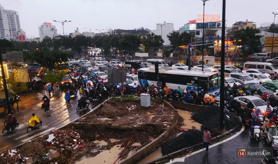 Cửa ngõ sân bay Tân Sơn Nhất lại bị ngập nước và kẹt xe không lối thoát sau mưa lớn - Ảnh 16.