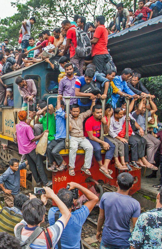 Hàng ngàn người Bangladesh chen chúc nhau ngồi lên nóc tàu để trở về nhà trong dịp nghỉ lễ - Ảnh 6.