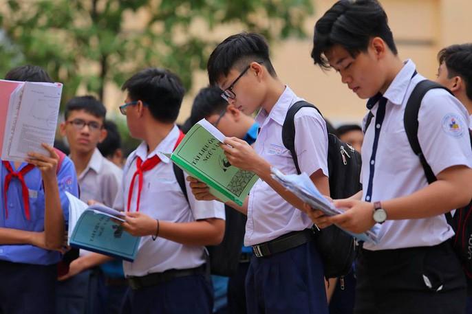 Gần 90.000 thí sinh bước vào môn thi đầu tiên trong kỳ thi tuyển sinh vào lớp 10 tại TP HCM: Thí sinh căng thẳng vừa nghe quy chế vừa ôn lại bài - Ảnh 3.