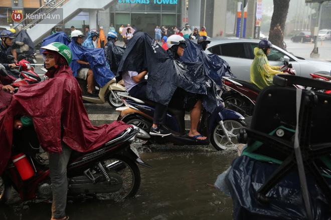 Hình ảnh phụ huynh đội mưa, đội nắng đưa con đi thi: Tự tin nhé con ơi, có bố mẹ làm hậu phương đây rồi! - Ảnh 6.