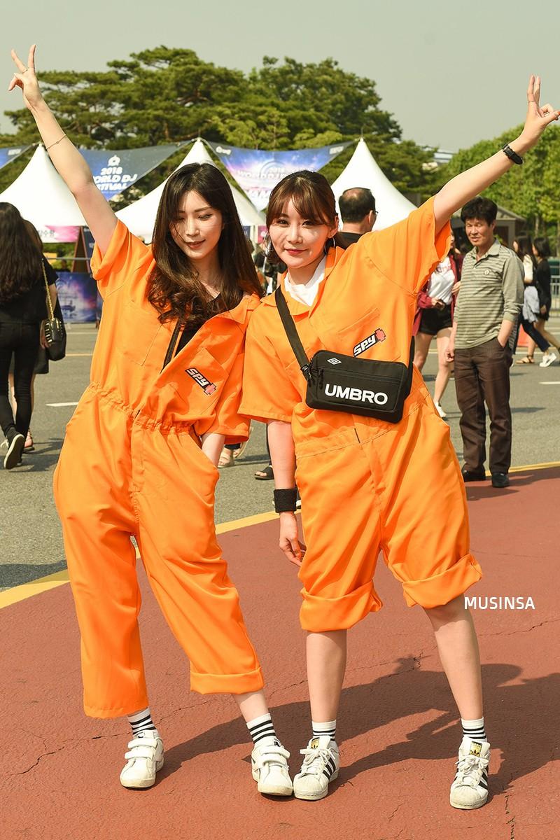Chẳng cần hành xác, giới trẻ Hàn mặc toàn đồ thoải mái, mát mẻ mà vẫn đẹp phát thèm - Ảnh 10.