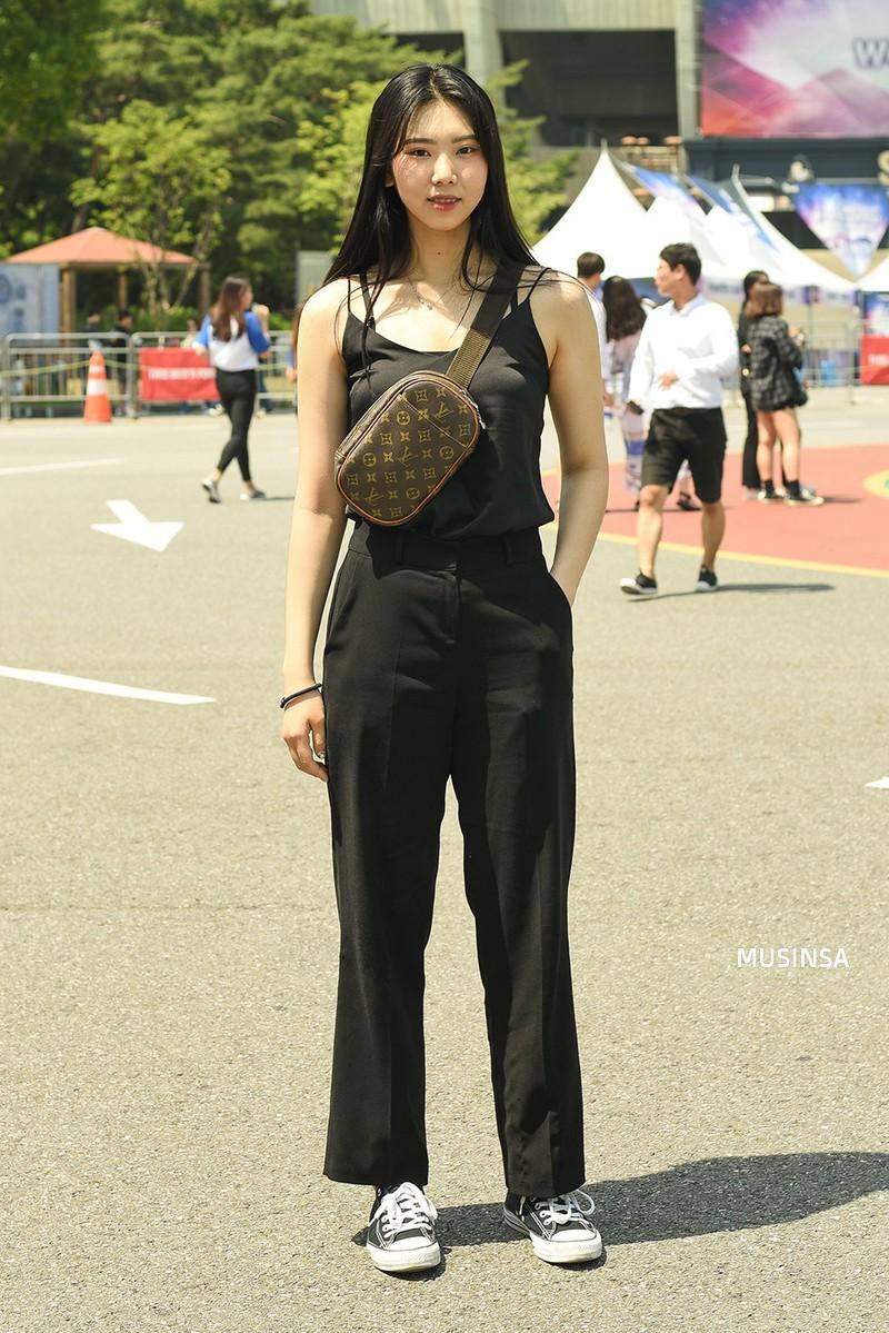 Chẳng cần hành xác, giới trẻ Hàn mặc toàn đồ thoải mái, mát mẻ mà vẫn đẹp phát thèm - Ảnh 11.