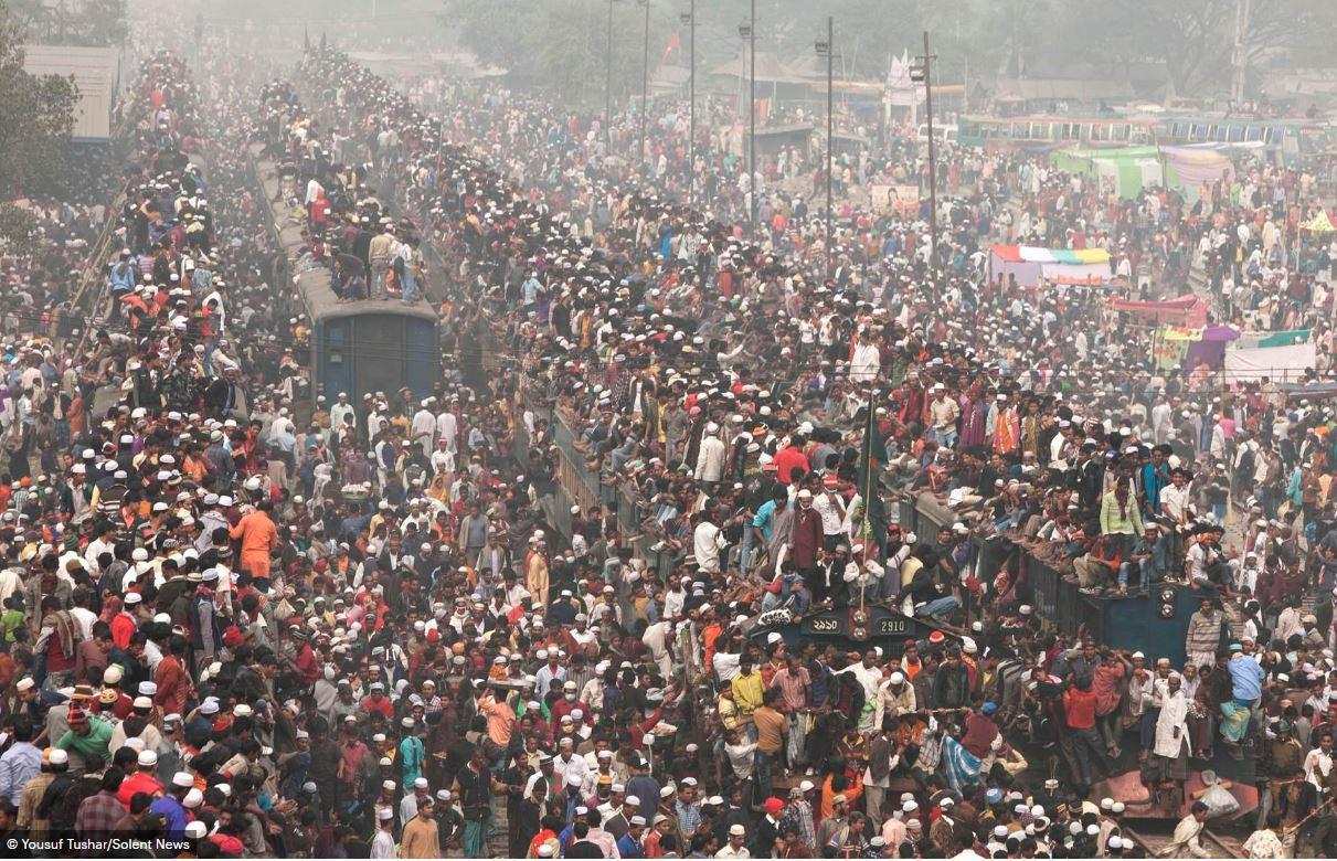Hàng ngàn người Bangladesh chen chúc nhau ngồi lên nóc tàu để trở về nhà trong dịp nghỉ lễ - Ảnh 8.