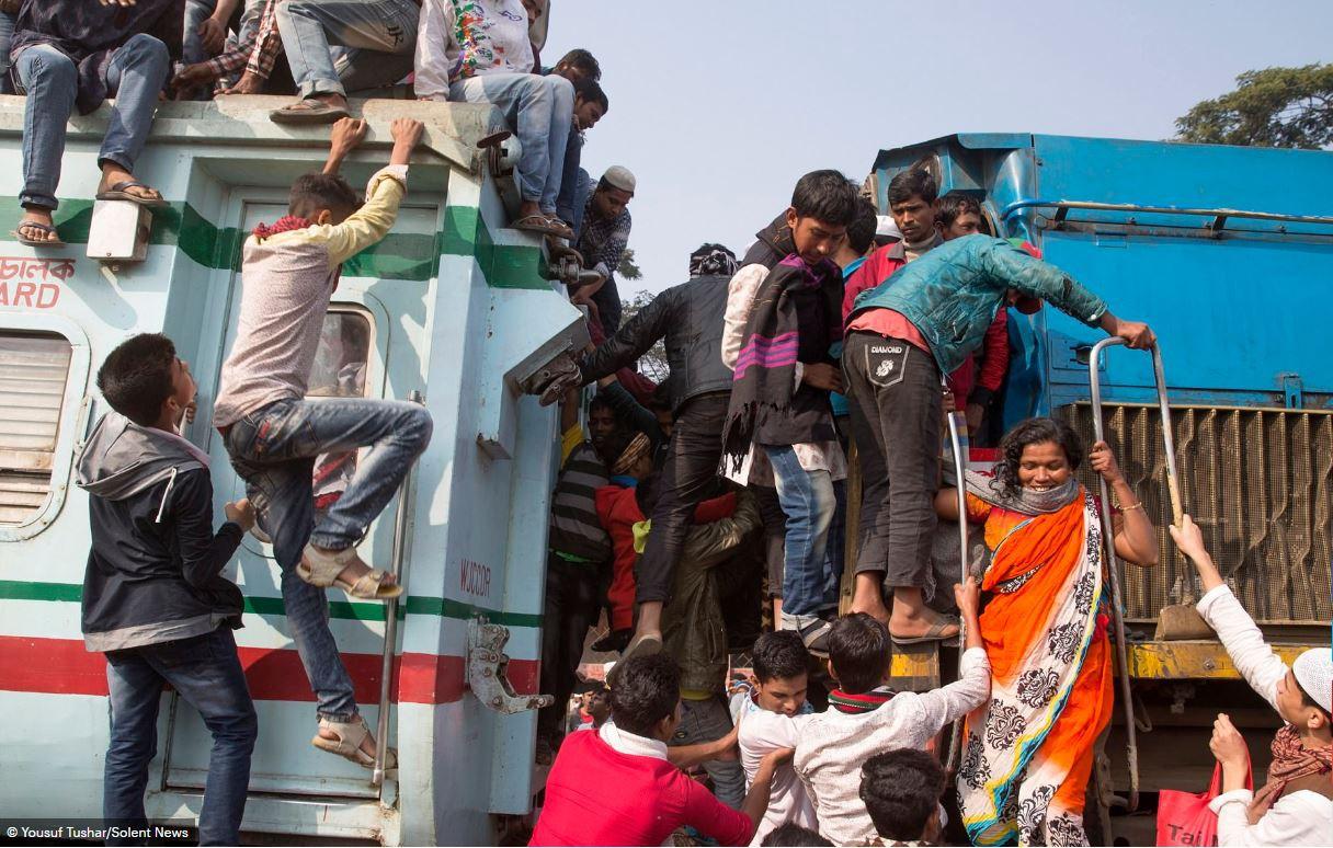 Hàng ngàn người Bangladesh chen chúc nhau ngồi lên nóc tàu để trở về nhà trong dịp nghỉ lễ - Ảnh 11.