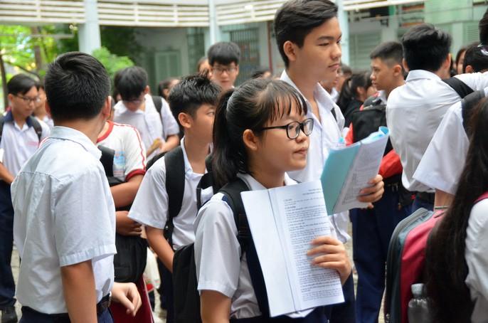 Gần 90.000 thí sinh bước vào môn thi đầu tiên trong kỳ thi tuyển sinh vào lớp 10 tại TP HCM: Thí sinh căng thẳng vừa nghe quy chế vừa ôn lại bài - Ảnh 4.