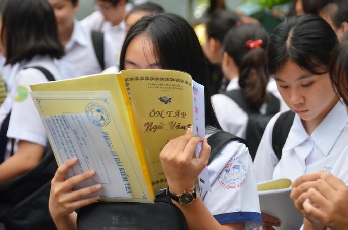 Gần 90.000 thí sinh bước vào môn thi đầu tiên trong kỳ thi tuyển sinh vào lớp 10 tại TP HCM: Thí sinh căng thẳng vừa nghe quy chế vừa ôn lại bài - Ảnh 5.