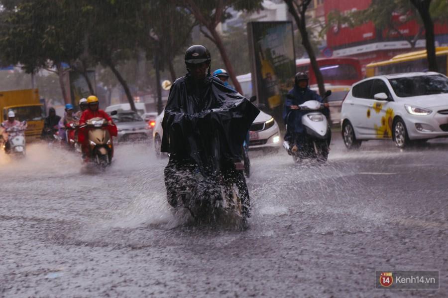 Cửa ngõ sân bay Tân Sơn Nhất lại bị ngập nước và kẹt xe không lối thoát sau mưa lớn - Ảnh 4.