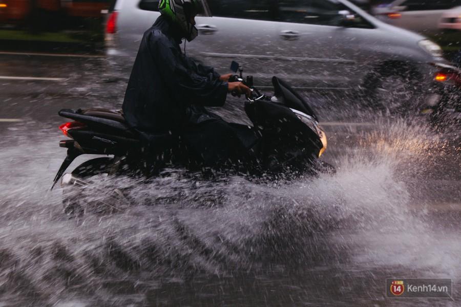 Cửa ngõ sân bay Tân Sơn Nhất lại bị ngập nước và kẹt xe không lối thoát sau mưa lớn - Ảnh 3.