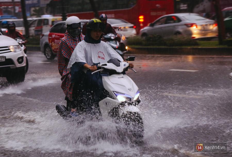 Cửa ngõ sân bay Tân Sơn Nhất lại bị ngập nước và kẹt xe không lối thoát sau mưa lớn - Ảnh 2.
