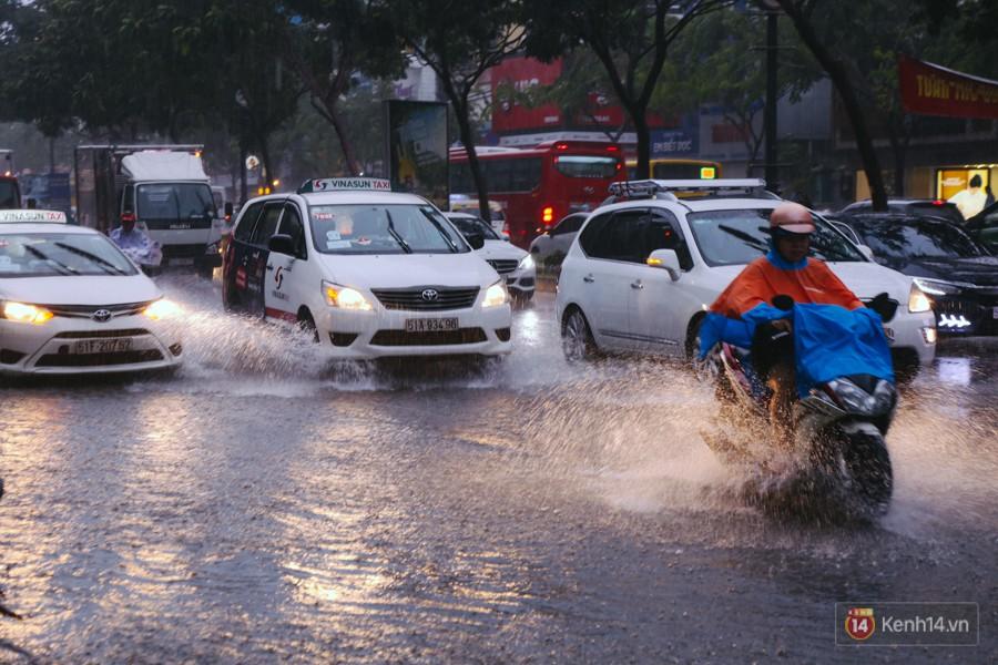 Cửa ngõ sân bay Tân Sơn Nhất lại bị ngập nước và kẹt xe không lối thoát sau mưa lớn - Ảnh 1.
