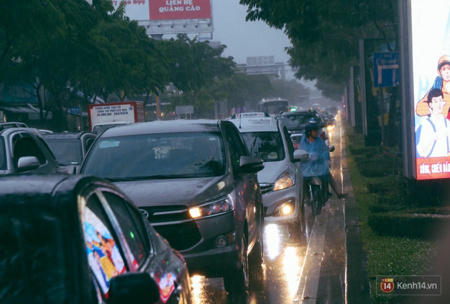 Cửa ngõ sân bay Tân Sơn Nhất lại bị ngập nước và kẹt xe không lối thoát sau mưa lớn - Ảnh 6.