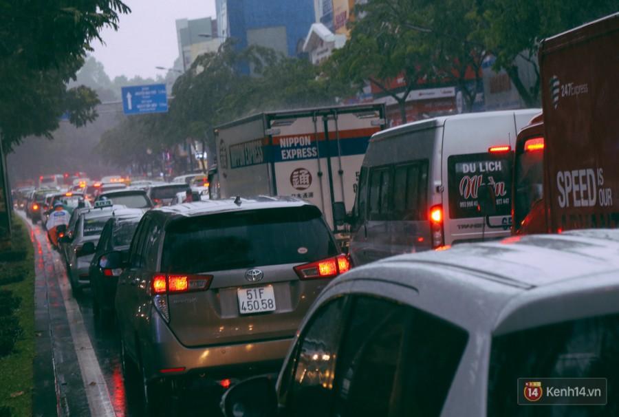 Cửa ngõ sân bay Tân Sơn Nhất lại bị ngập nước và kẹt xe không lối thoát sau mưa lớn - Ảnh 8.