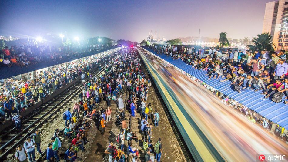 Hàng ngàn người Bangladesh chen chúc nhau ngồi lên nóc tàu để trở về nhà trong dịp nghỉ lễ - Ảnh 1.