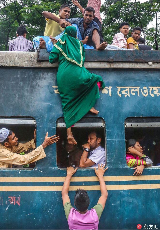 Hàng ngàn người Bangladesh chen chúc nhau ngồi lên nóc tàu để trở về nhà trong dịp nghỉ lễ - Ảnh 4.
