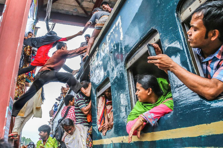 Hàng ngàn người Bangladesh chen chúc nhau ngồi lên nóc tàu để trở về nhà trong dịp nghỉ lễ - Ảnh 2.