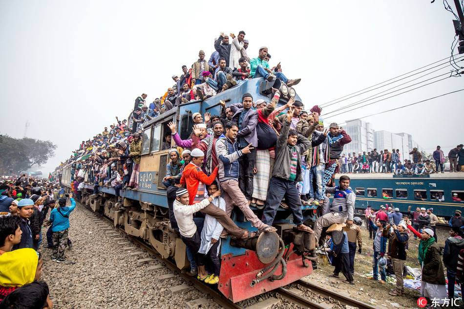 Hàng ngàn người Bangladesh chen chúc nhau ngồi lên nóc tàu để trở về nhà trong dịp nghỉ lễ - Ảnh 7.