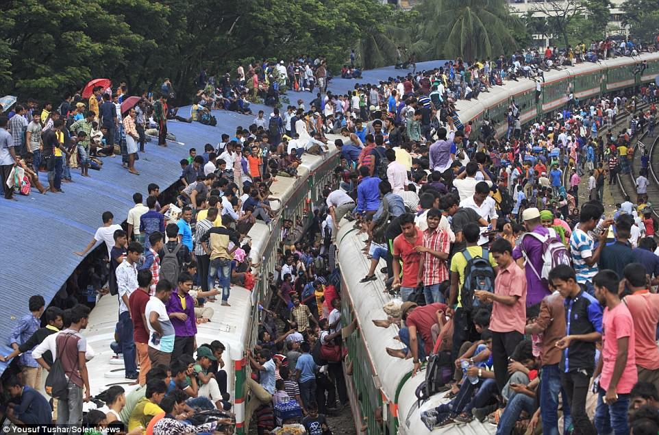 Hàng ngàn người Bangladesh chen chúc nhau ngồi lên nóc tàu để trở về nhà trong dịp nghỉ lễ - Ảnh 10.