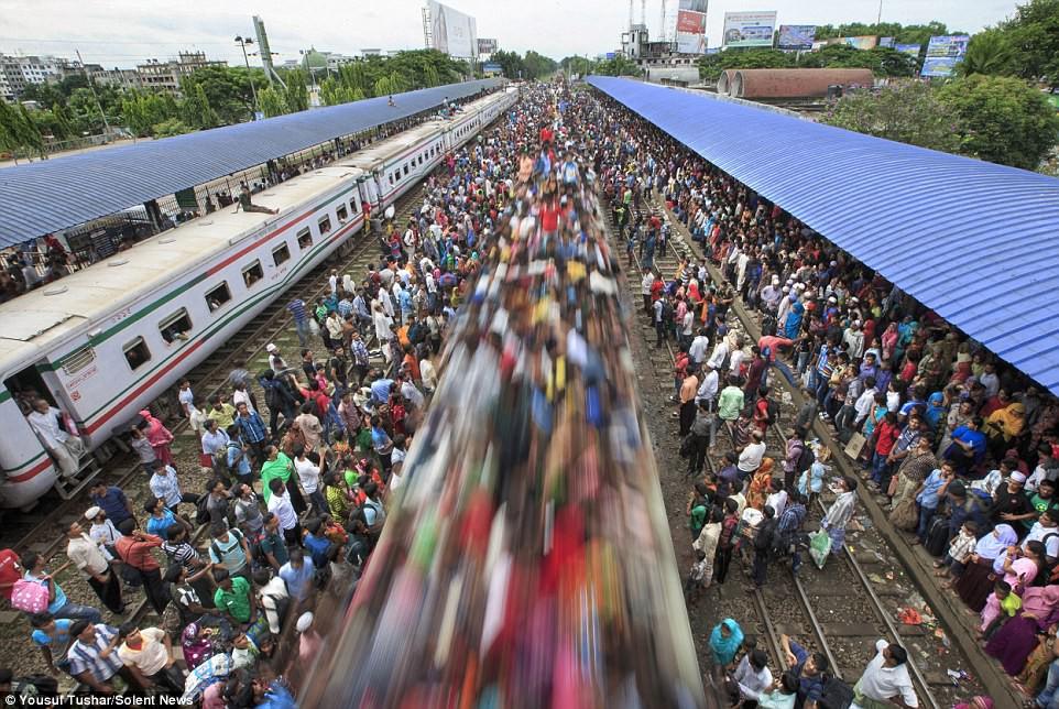 Hàng ngàn người Bangladesh chen chúc nhau ngồi lên nóc tàu để trở về nhà trong dịp nghỉ lễ - Ảnh 14.