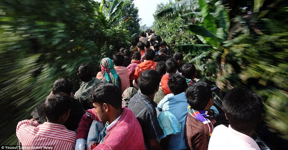 Hàng ngàn người Bangladesh chen chúc nhau ngồi lên nóc tàu để trở về nhà trong dịp nghỉ lễ - Ảnh 15.