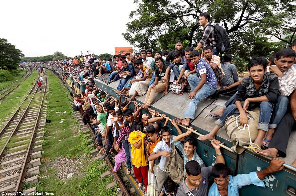 Hàng ngàn người Bangladesh chen chúc nhau ngồi lên nóc tàu để trở về nhà trong dịp nghỉ lễ - Ảnh 16.