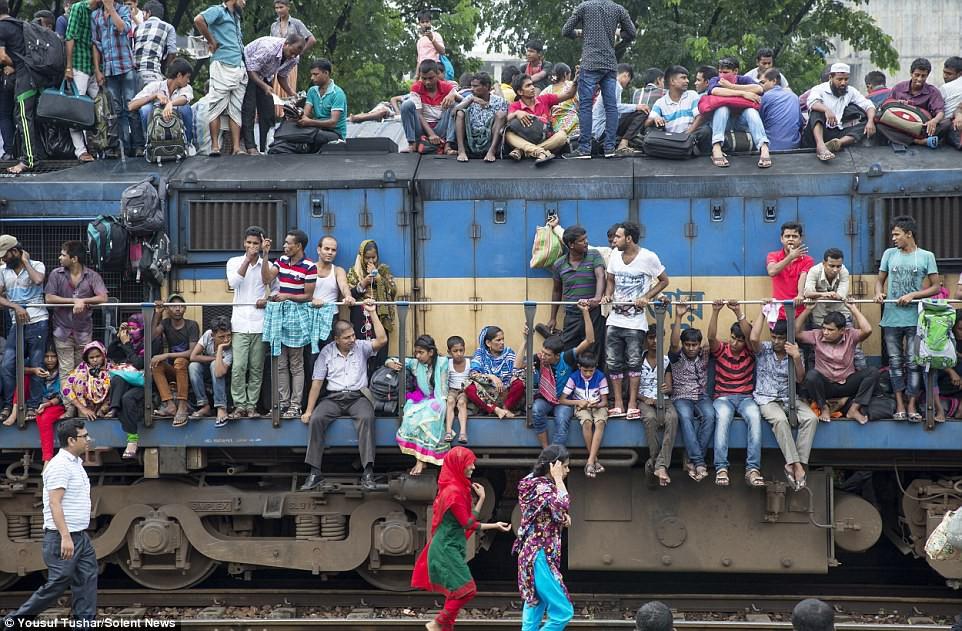 Hàng ngàn người Bangladesh chen chúc nhau ngồi lên nóc tàu để trở về nhà trong dịp nghỉ lễ - Ảnh 13.