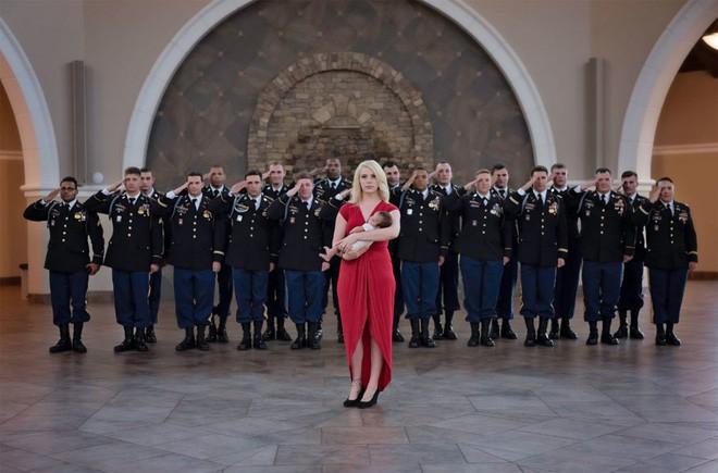 Bức ảnh bé gái được hàng chục người lính nâng đỡ và câu chuyện phía sau khiến mọi người rớt nước mắt - Ảnh 5.
