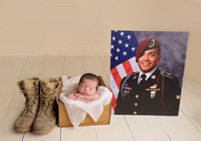 Bức ảnh bé gái được hàng chục người lính nâng đỡ và câu chuyện phía sau khiến mọi người rớt nước mắt - Ảnh 7.