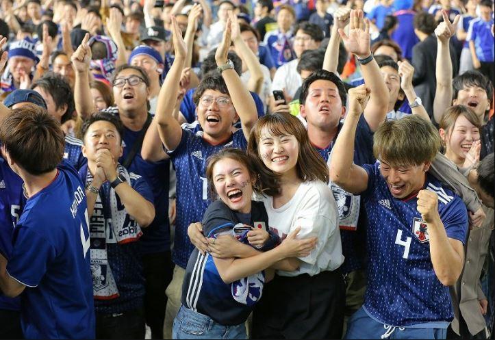 Người dân Nhật Bản đi bão, đổ ra đường ăn mừng chiến thắng gây sốc của đội nhà tại World Cup 2018 - Ảnh 11.